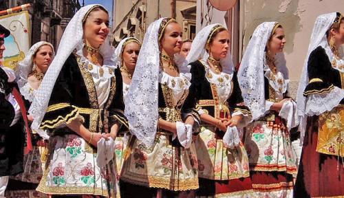 640px-Women_of_sardinia